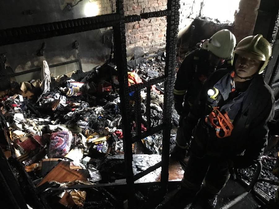 廣告社2樓房間被燒得烏黑一片。(巫靜婷翻攝)