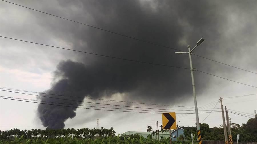 屏東新園鄉港西抽水站旁堆積的塑膠水管發生大火,大片黑色濃煙十幾公里外都看得到。(潘建志攝)