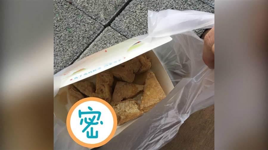 網友PO抱怨金銀河夜市臭豆腐竟只有一片泡菜。(翻攝爆怨公社)