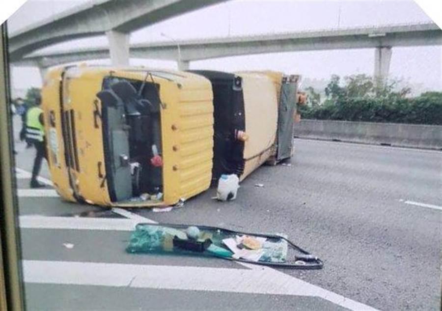 蘆竹垃圾車翻覆在國道上。(蔡依珍翻攝)