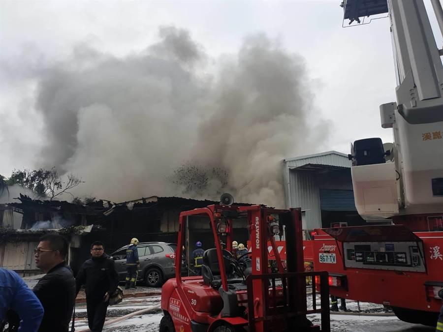 板橋鐵皮工廠稍早傳火警,幸無人受困。(王揚傑翻攝)
