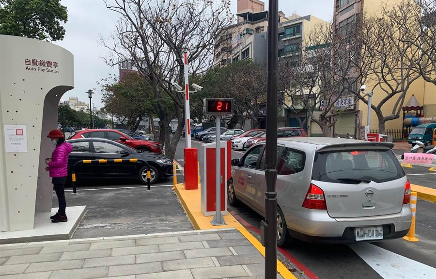 新竹市政府推動10處戶外停車場無人自動化管理,未來民眾不用持單到超商繳費,可以直接在自動繳費機立即解決。(陳育賢攝)