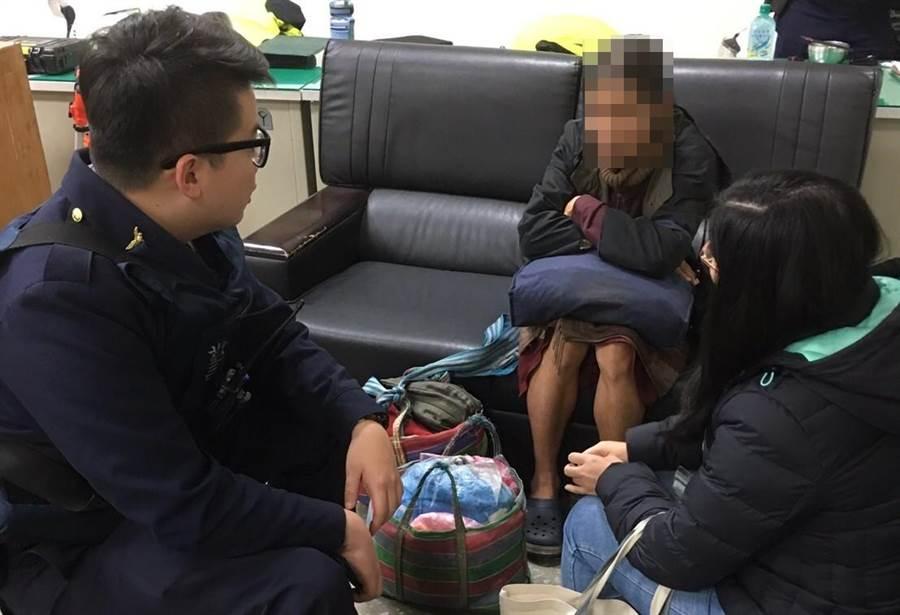 警方在路邊發現一名呆坐地上的羅姓男子,盤查後竟意外發現他是離家40年、被通報失蹤的協尋人口。(警方提供)