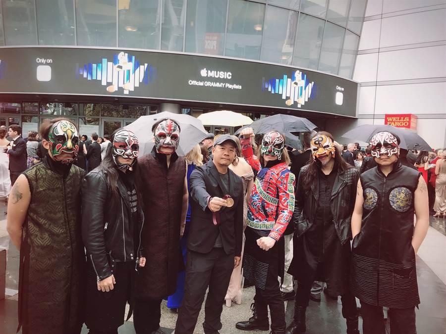 設計師蕭青陽(中)與董事長樂團因入圍專輯封面設計,因出席葛萊美奬頒獎典禮。(獨一無二娛樂提供)