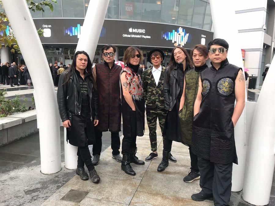 主持人吳建恆(中)與董事長樂團出席在LA舉行的葛萊美奬頒獎典禮。(獨一無二娛樂提供)