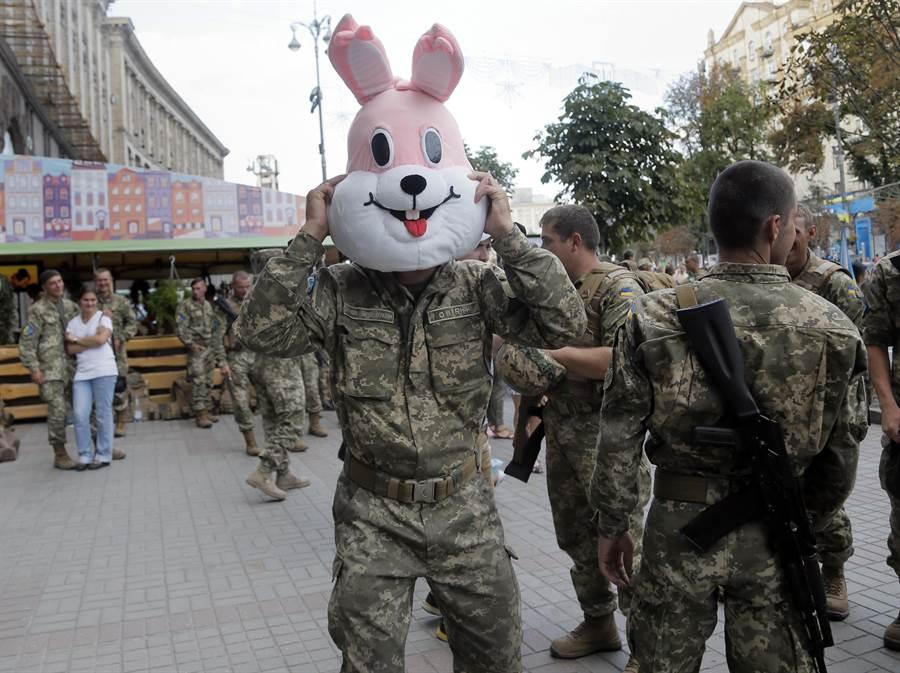 烏克蘭與俄羅斯一樣,軍隊裡都有嚴重的酗酒問題,並常常有士兵醉酒闖禍。圖為烏克蘭士兵。(圖/美聯社)