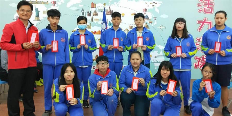 溪陽國中校長黃森明(左)送給每位學生開學小紅包。(鐘武達攝)