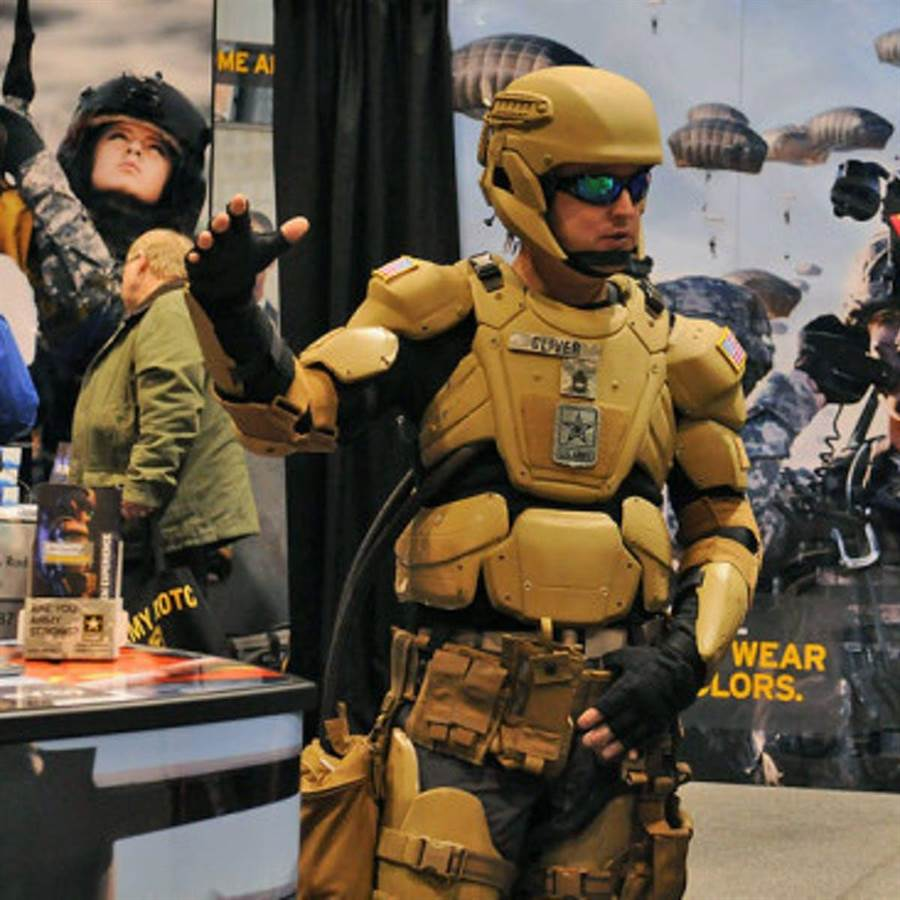 青銅戰士計畫的概念模特,新的裝甲防彈衣,加上動力外骨骼。(圖/美國陸軍)