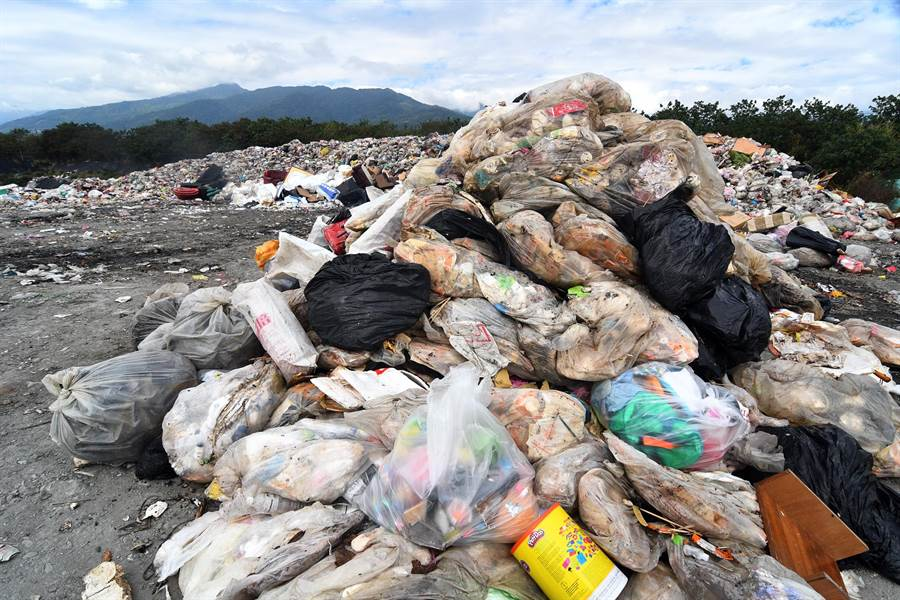 春節假期的旅遊人潮也造成垃圾爆量,台東市建和掩埋場又多出幾座垃圾山。(莊哲權攝)