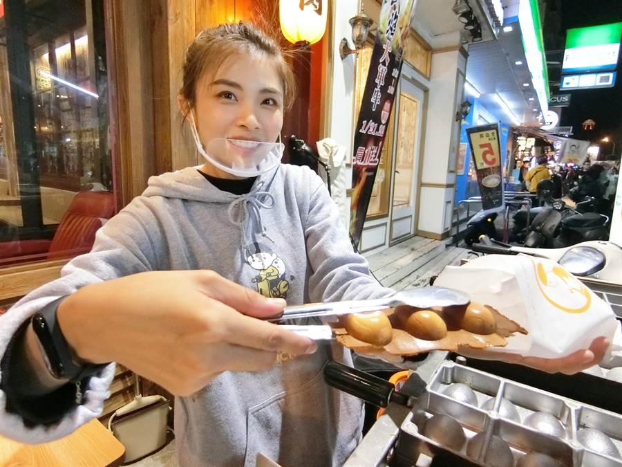 「魚刺人雞蛋糕」拚創意也比美味,銅板美食大受歡迎。(盧金足攝)