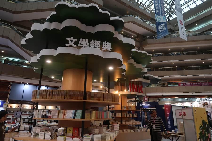 不少出版社砸重本裝潢展位,成為近年文青讀者逛展的拍照打卡點。印刻出版社將展場佈置成大樹,讓讀者有如在樹下看書。(許文貞攝)