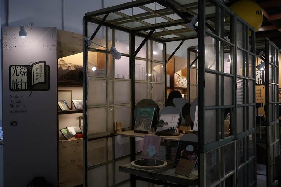 台灣博物館以「光影旅行」為題參展,展場佈置成復古風格。(許文貞攝)