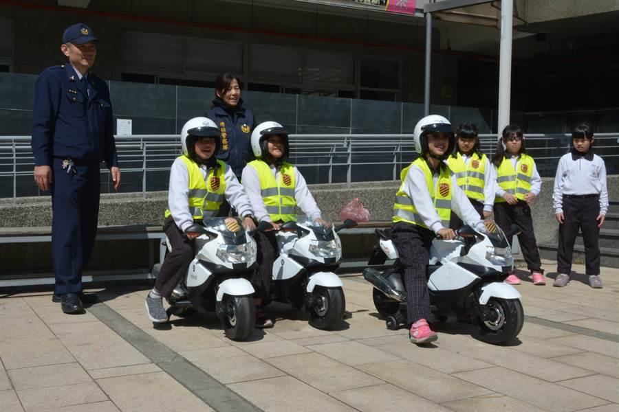 彰化縣警局婦幼隊上午至信義中小學校園舉辦「小小正義使者」體驗活動。(謝瓊雲攝)