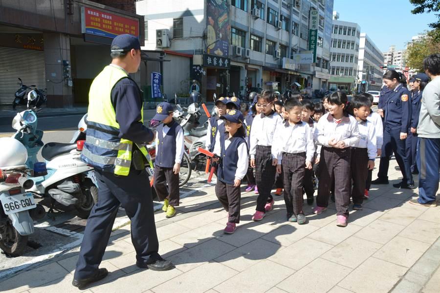 在警員帶領下巡視校園周邊,學習提高警覺辨識潛在危險因子,加強自我防護意識。(謝瓊雲攝)