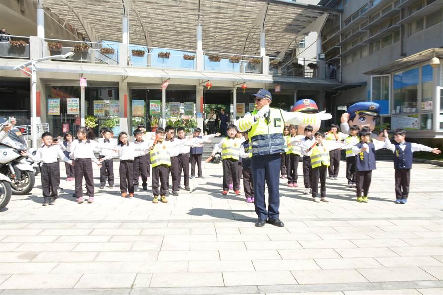 彰化縣最知名的交警「嗶嗶哥」江敦霖,教導學童認識交通指揮的九大手勢。(謝瓊雲攝)