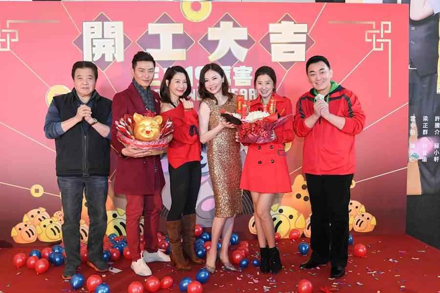 林在培(左起)、陳冠霖、丁寧、何如芸、李燕、徐亨代表《炮仔聲》劇組出席三立新春開工團拜。