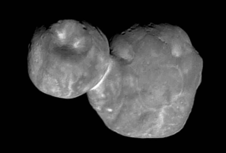 目前最清楚的終極遠境照片,像是兩個圓球黏合,然而新的見解認為,這張照片沒有拍到的側面其實很薄。(圖/NASA)