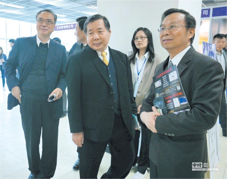 台灣空氣品質健康安全協會理事長沈世宏(右一)及前、現任中華民國環境檢測公會理事長江誠榮(中)、余建中(左)參觀台灣淨博會。圖/業者提供