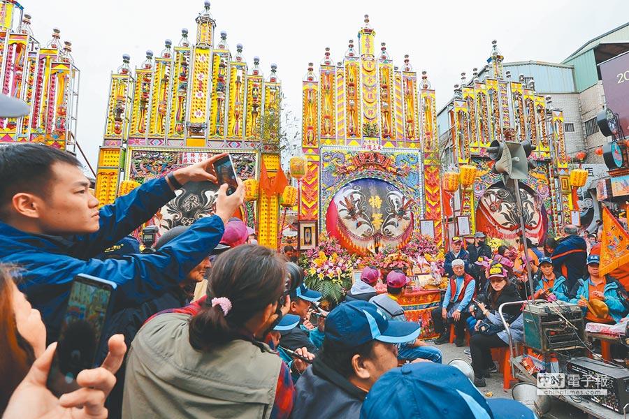 新北市三峽清水祖師廟初六(10日)的神豬慶典,是當地一年一度最大盛事,最後由住在樹林柑園里的陳美蓉以1436台斤(右二)奪得特等獎,吸引許多民眾爭相拍照。(黃世麒攝)