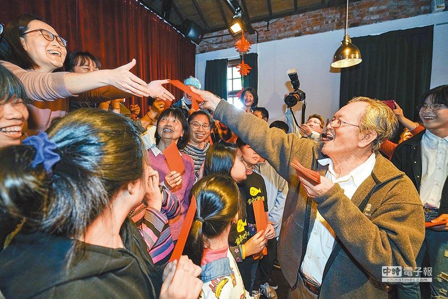 作家黃春明(右)昨赴宜蘭參加百果樹紅磚屋的新春團拜,並發放給黃大魚兒童劇團等工作人員紅包。(李忠一攝)