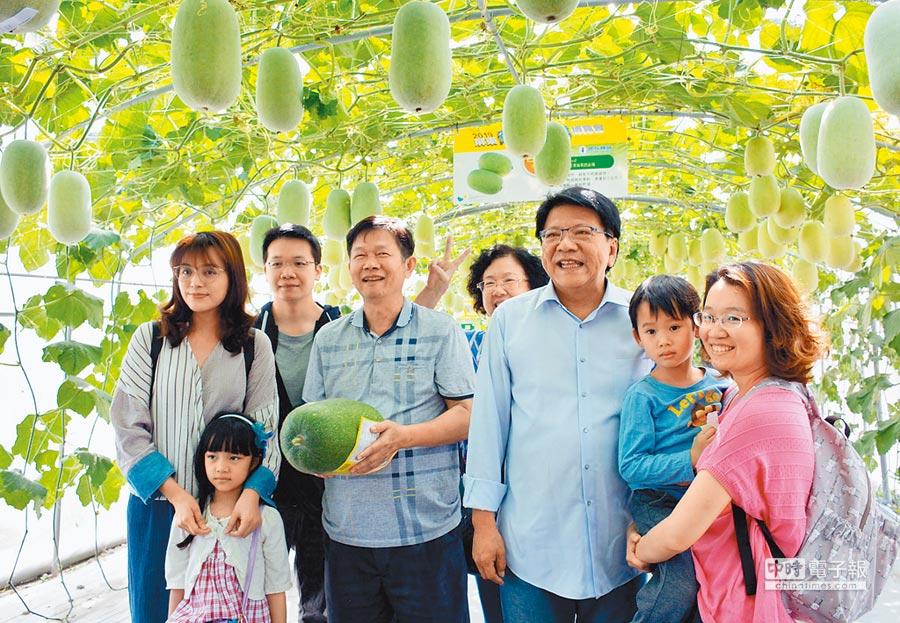 來自高雄遊客田明華(抱瓜者)成為2019熱博開園後,第100萬人次入園的幸運兒。(林和生攝)