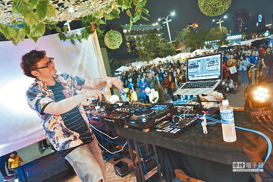 駁二小夜埕好吃好玩,現場還有DJ表演,今年春節為駁二藝術特區吸進超過70萬人次遊客。(林宏聰攝)