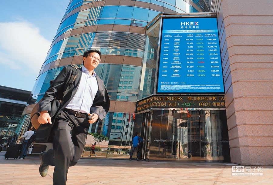 中美新一輪貿易談判的成果,將對雙方經濟形成重大影響。圖為行人跑步經過港交所交易市場大樓。(香港中通社資料照片)