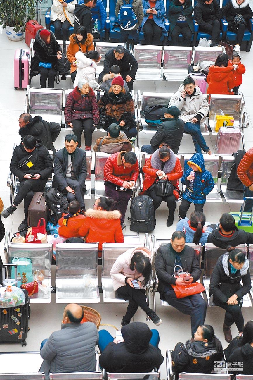 美方選在陸方春節長假後開工首日進行貿易談判。圖為2月10日,2019年春節長假最後一天,四川省達州市南客站旅客如織,紛紛踏上返程。(中新社)