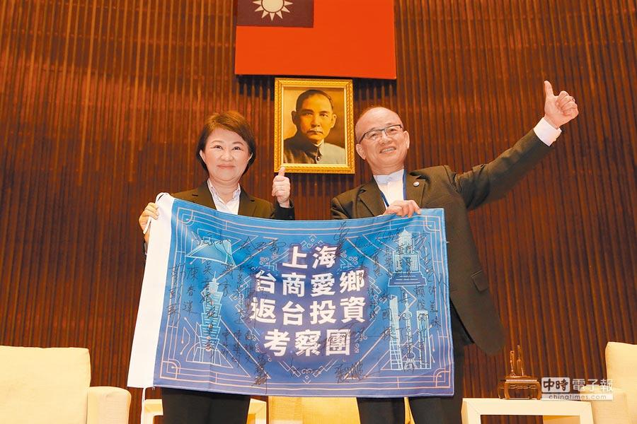 上海投資團團長莊震霆(右)10日表示,將在故鄉台中中區投資1億元,打造台中矽谷。(本報系記者陳世宗攝)