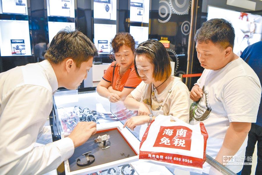 大年初一,海口免稅店吸引眾多購物顧客。(中新社)
