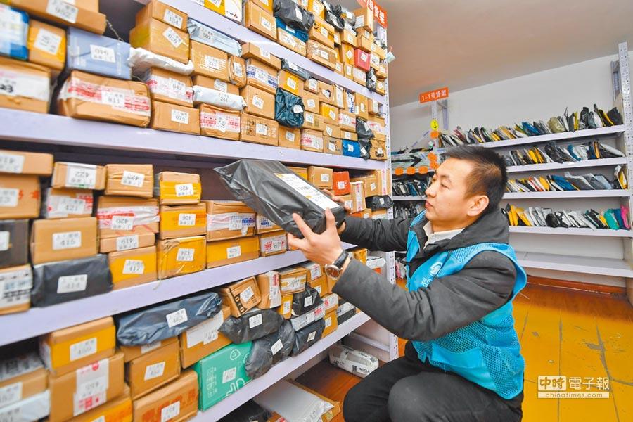 新春佳節前夕,多家電商平台推出了以「年貨節」為主題的促銷活動。(新華社)