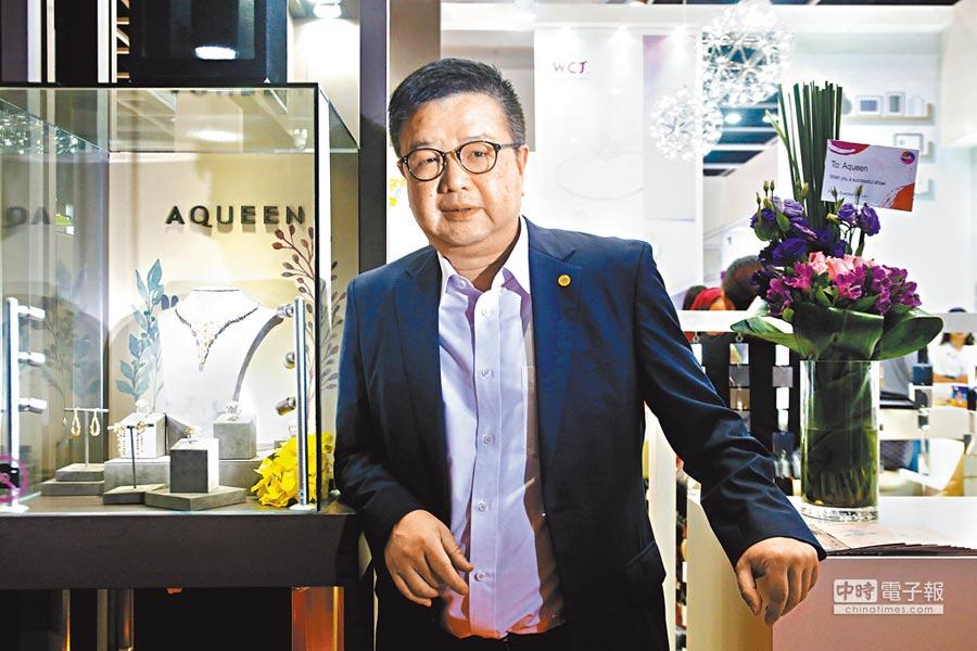 榮昌國際主席兼行政總裁杜源寧創立AQUEEN,但同時堅持做製造。