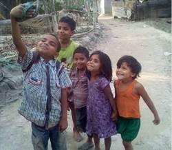 印度小孩露燦笑自拍 這一張照卻讓人眼眶泛淚