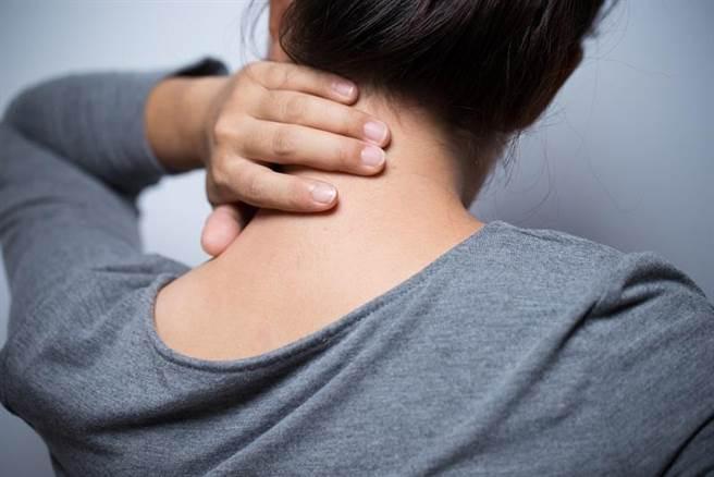 頸動脈是容易出現病變或堵塞的血管,專家提醒不宜隨意按摩。此為示意圖。(圖/Shutterstock)