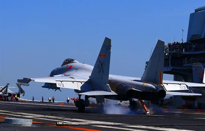 2018年4月中共海軍遼寧艦航母編隊開展遠海實兵對抗演練,圖為殲-15艦載戰鬥機著艦回收的瞬間。(圖/中新社)