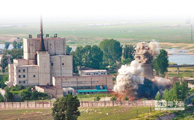 韓媒稱二次「川金會」將通過宣言,寫入有關終戰宣言表述,及寧邊核設施部分申報。圖為2008年,北韓炸毀寧邊核設施的冷卻塔。(美聯社)