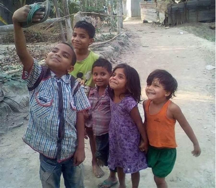 印度小孩露燦笑自拍 這一張照卻讓人眼眶泛淚(圖翻攝自IG/boman_irani)