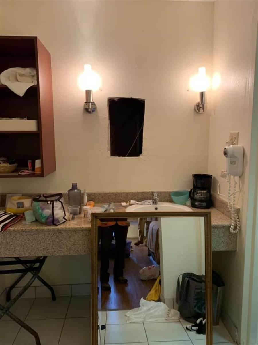 飯店房內浴室的鏡子後竟藏有一條通道(圖/翻攝自臉書/Victoria Rothe)