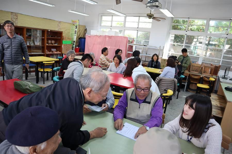 六甲國中銀髮族樂齡學生與來交流的日本學生說日語也通。(劉秀芬攝)
