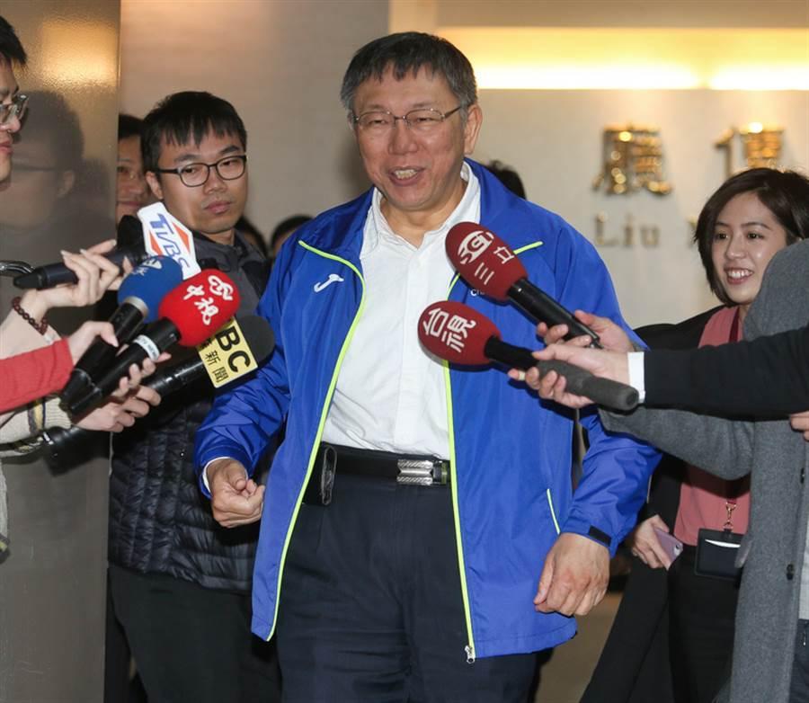 台北市長柯文哲(中)12日上午在市政大樓接受媒體聯訪。(中央社)