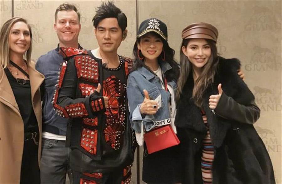 章子怡前往賭城捧場周董演唱會,跟周董夫妻倆合影,被讚嘆根本電影臉。(翻攝自稀土部隊)