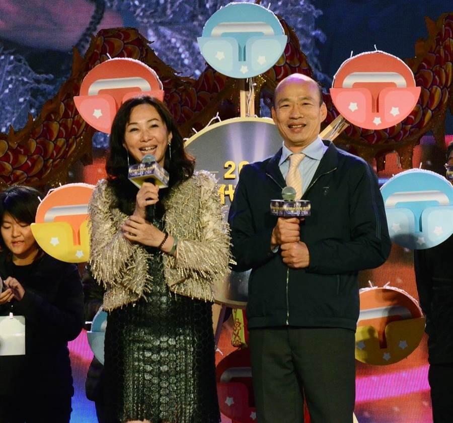 圖為高雄市長韓國瑜、李佳芬伉儷一起出席「2019愛-Sharing 高雄夢時代跨年派對」,與民眾同樂倒數計時迎接新年。(資料照片 林瑞益攝)