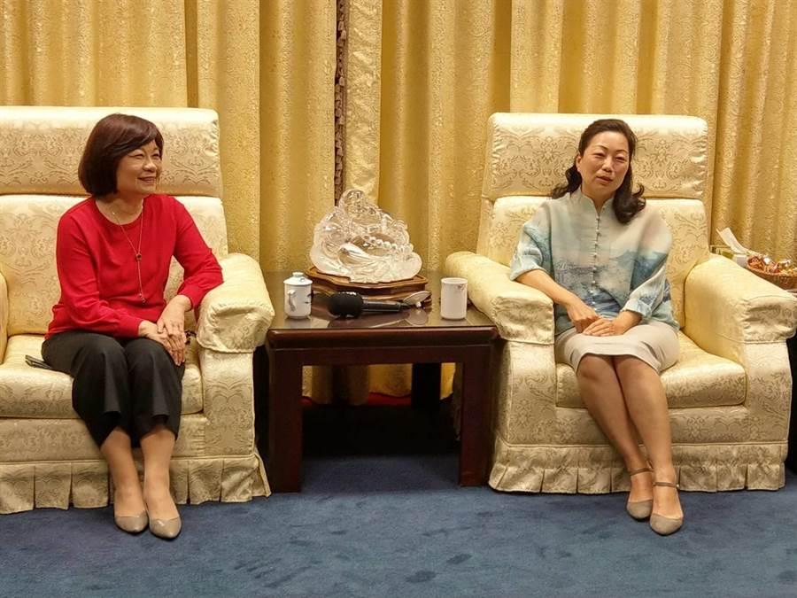 國發會主委陳美伶(左)聽取花蓮縣長徐榛蔚對改善交通的建言。(范振和攝)