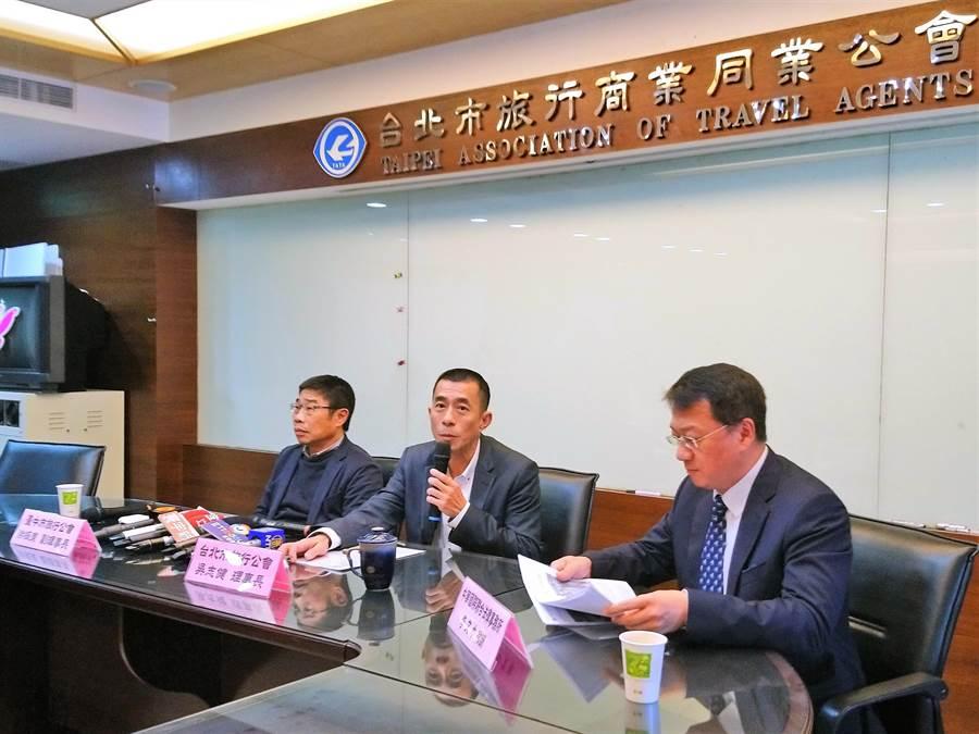 台北、台中、台南、高雄市旅行商業同業公會今(12)日召開記者會,由台北市旅行公會理事長吳志健(中)代表,針對華航機師罷工事件發表聯合聲明。(林資傑攝)