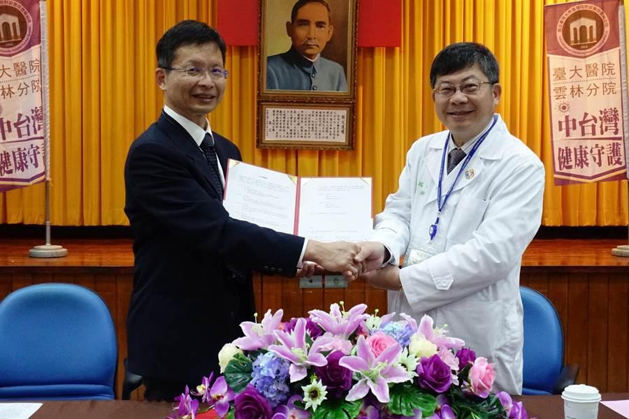 工研院生醫與醫材研究所長林啟萬(左)與黃瑞仁(右)12日簽署合作備忘錄。(周麗蘭攝)