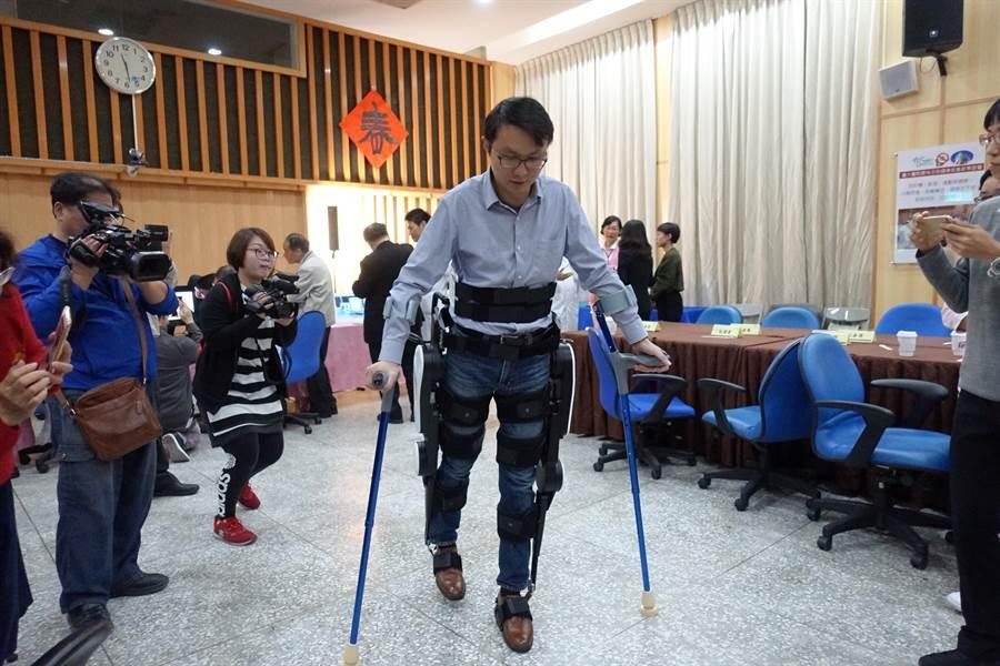 工研院研發並且由福寶科技量產的外骨骼,可幫助脊髓損傷等不良於行的民眾起身走路。(周麗蘭攝)