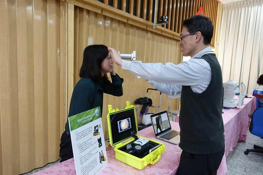 工研院生醫與醫材研究所研發的行動視力檢查箱,將眼科的手持儀器整合成一只皮箱。(周麗蘭攝)