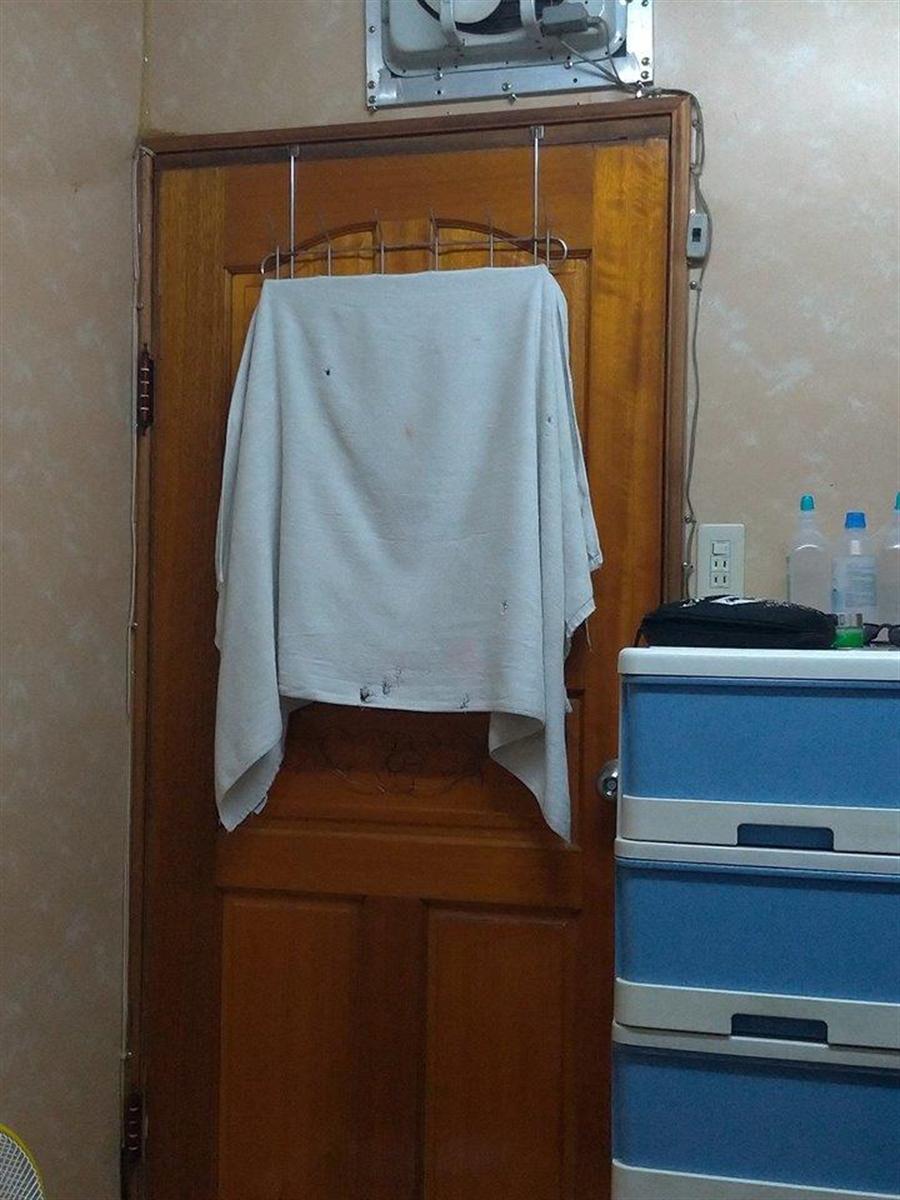 高二男在臉書PO照抱怨,媽媽常在他剛洗完澡正要穿衣服時,就直接闖進來對他又摸又親。(圖/翻攝自爆怨公社)