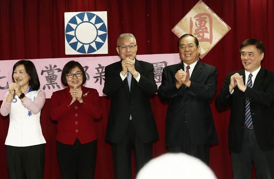 國民黨主席吳敦義(中)12日出席台北市黨部新春團拜,向與會的黨部幹部及黨員們拜年。(劉宗龍攝)