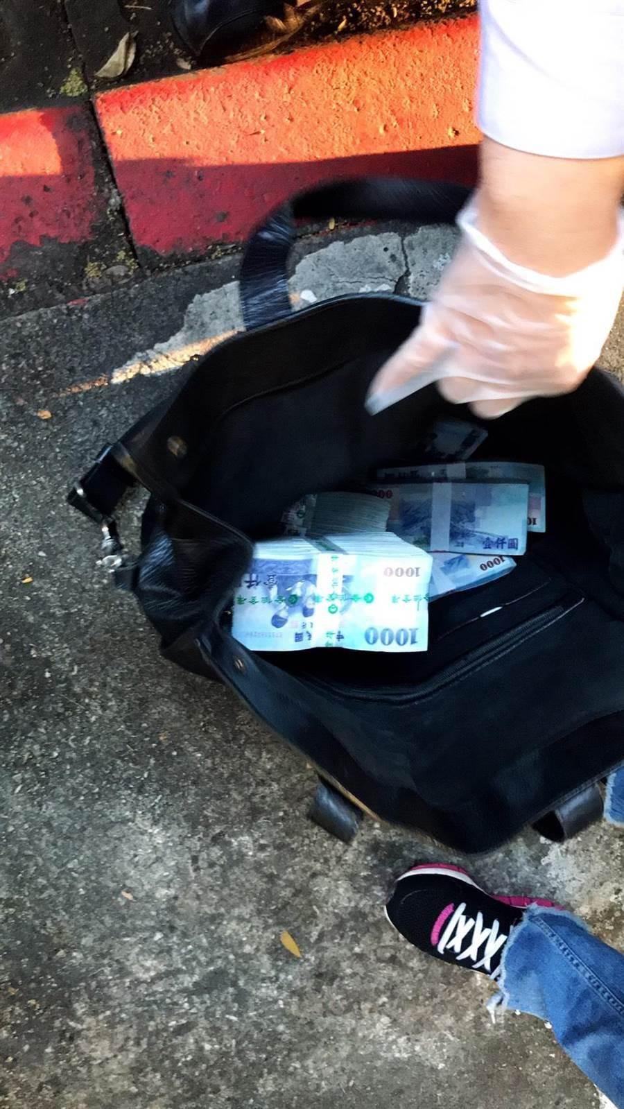 台北車站前12日下午驚傳假藉人民幣交易,設局行搶案件,警方已逮捕2嫌追回現金。〔謝明俊翻攝〕